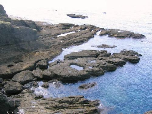 沢崎灯台下の岩場